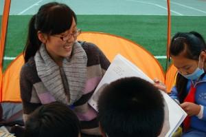 """""""故事屋""""""""的志愿者正在给孩子们讲故事"""